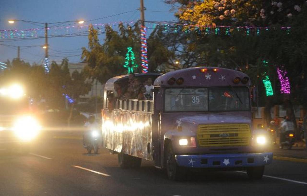 Un autobús modificado en Alba Transporte lleva niños de regreso a su barrio.