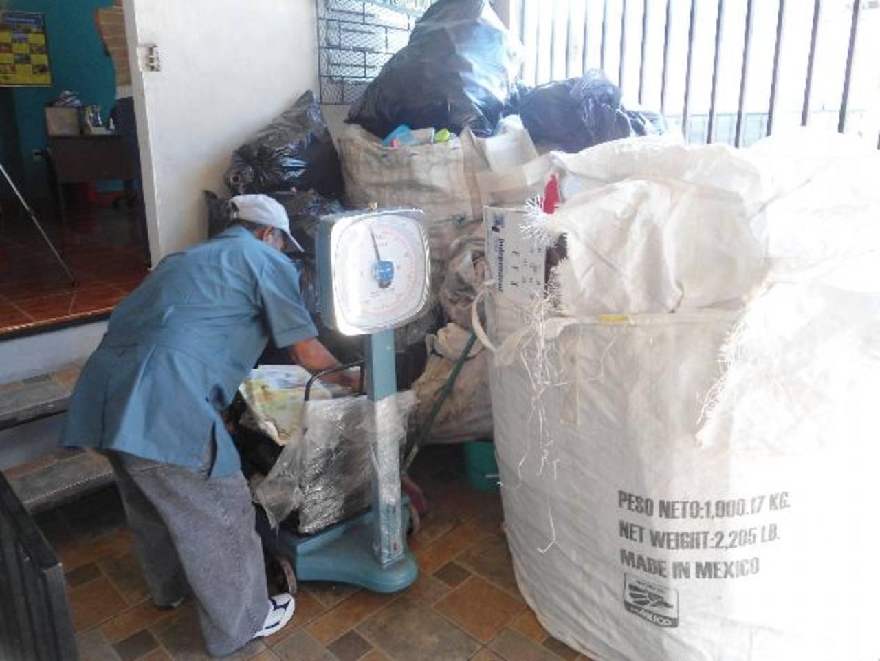 La empresa Ecoprocesos se encarga de la recolección de desechos sólidos reciclables de la colonia Escalón. Foto EDH