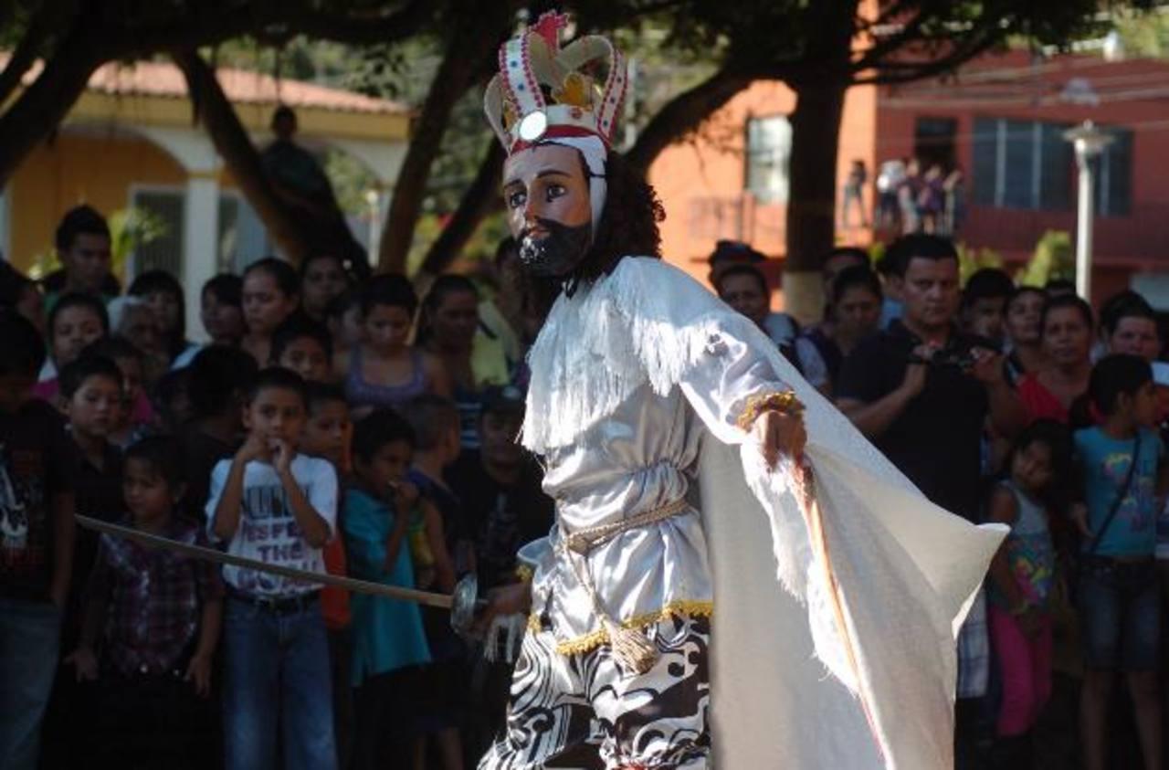 Uno de los participantes representando al rey cristiano Carlomagno, en la presentación real de moros y cristianos.