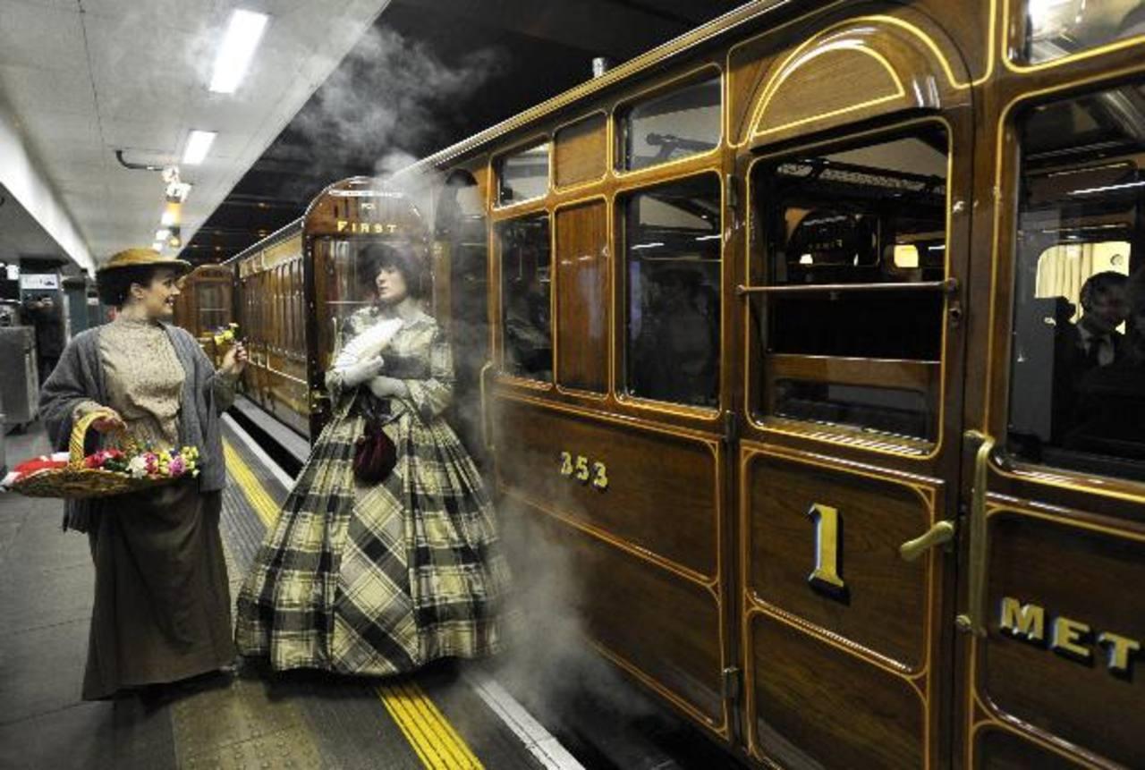 Actrices recrearon el entorno del siglo XIX con atuendos de la época. Un grupo selecto de viajeros también vistió elegantes trajes de 1863. efe