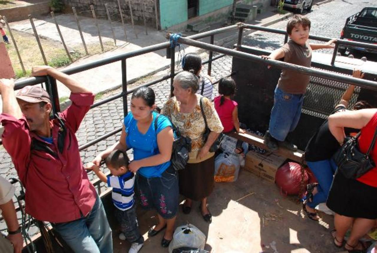 Nuevamente, los residentes en los municipios de la zona norte de San Miguel se las ingeniaron para desplazarse hasta sus destinos ante el paro de buses. foto EDH / francisco torres