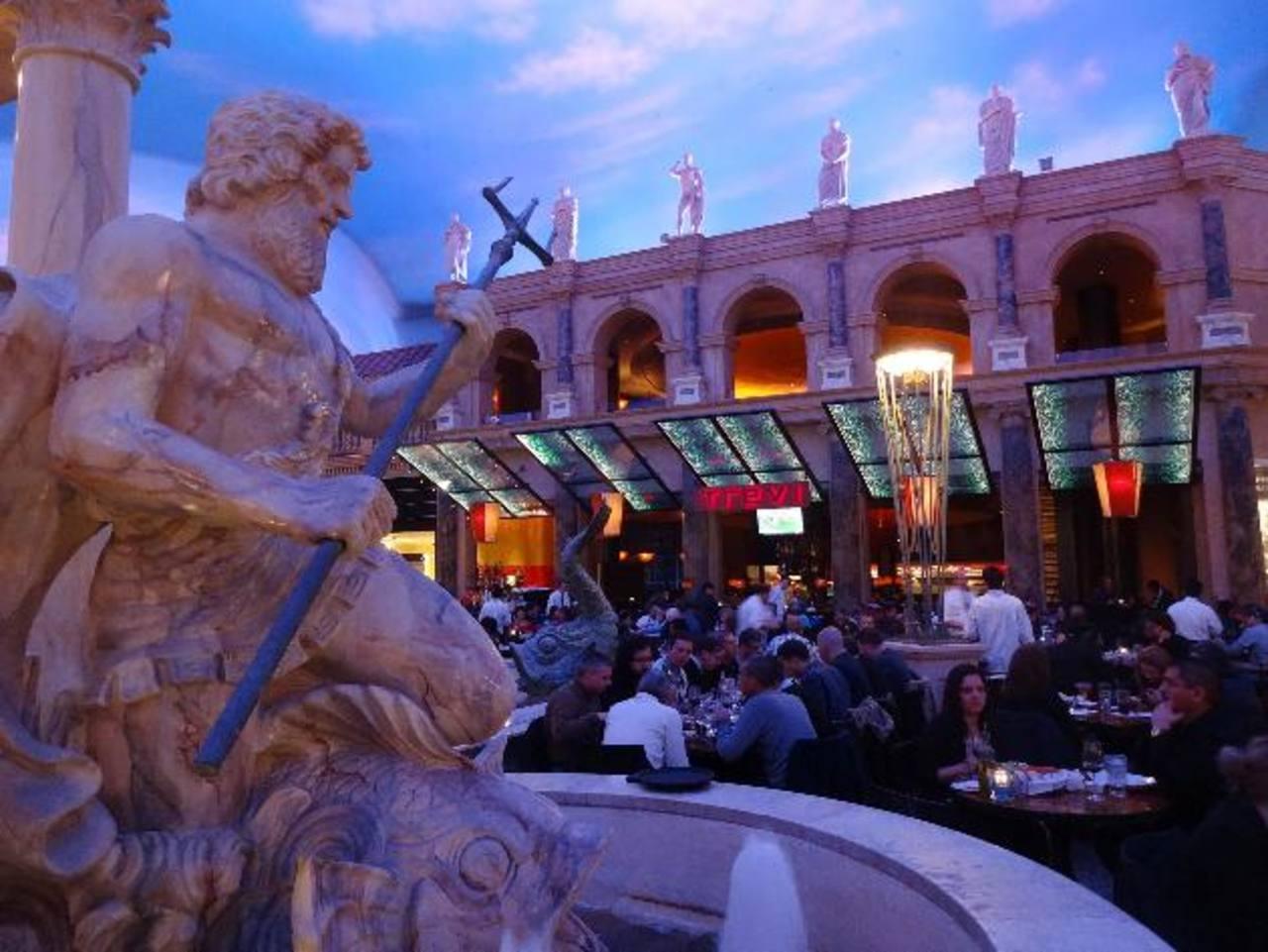 Neptuno, el que gobierna todas las aguas y los mares, vigila la suerte de los millones de turistas que arriban todos los años a Las Vegas, una metrópoli de incalculables horas de diversión.