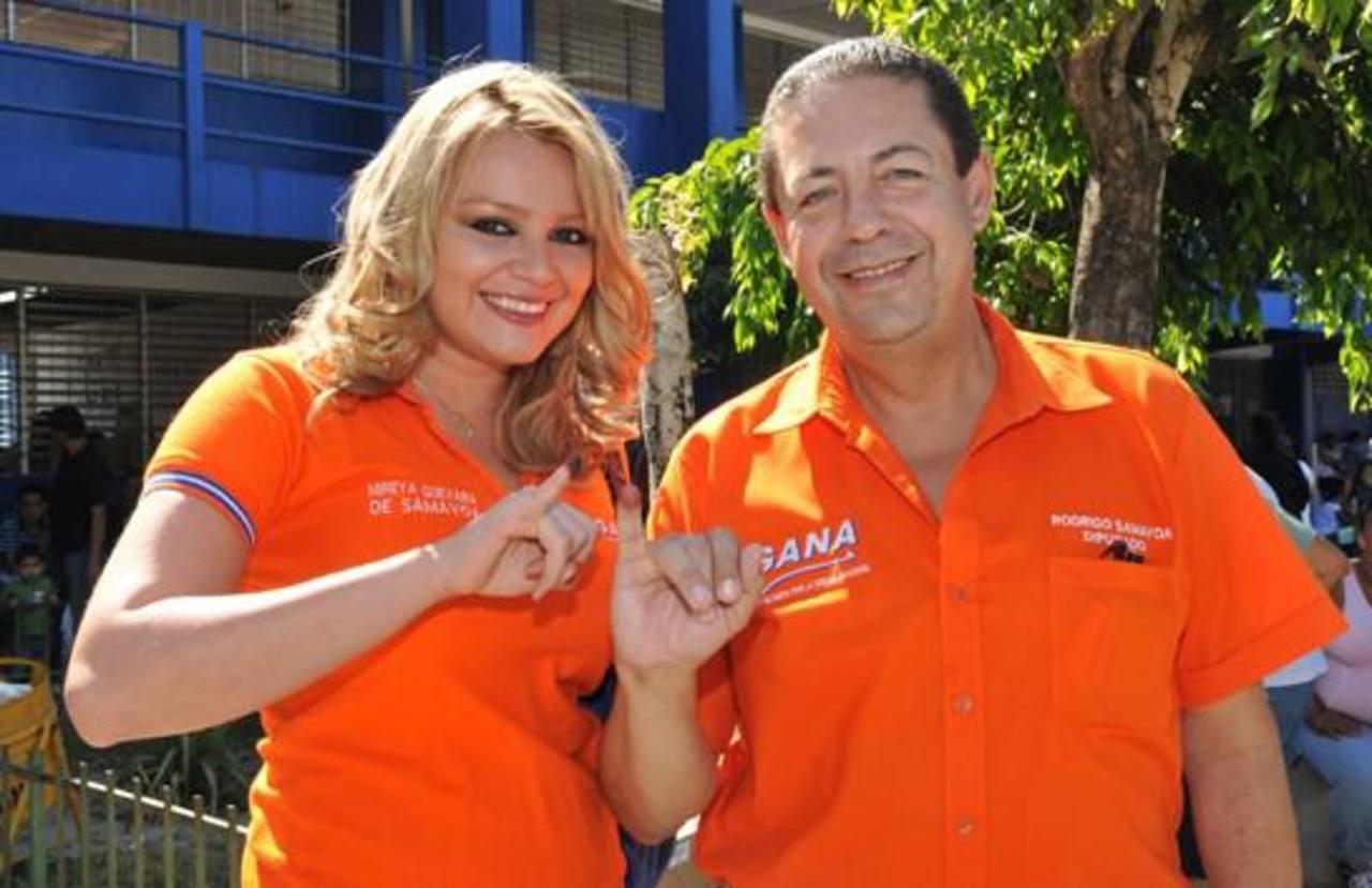 Samayoa junto a su entonces esposa el día de las elecciones para diputados y alcaldes 2012. FOTO EDH