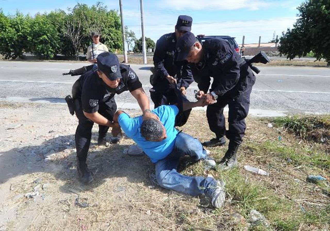 Exmilitares se enfrentaron a policías el miércoles durante una protesta en la que exigían una indemnización. Foto EDH