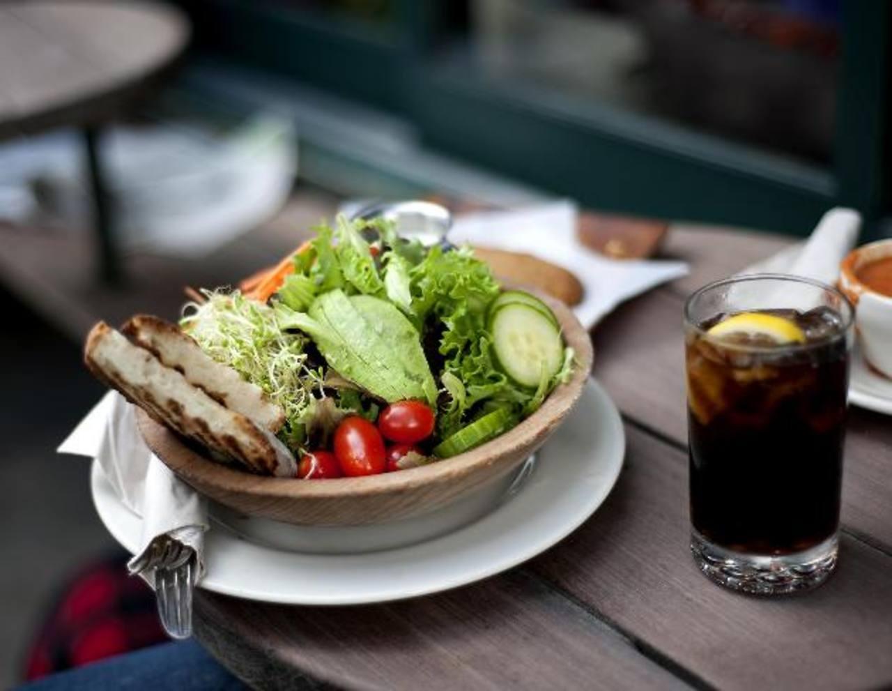 Las frutas son excelentes fuentes de vitaminas y antioxidantes, las carnes y lácteos de minerales y proteínas, y los cereales y tubérculos son fuentes de vitaminas y fibra.