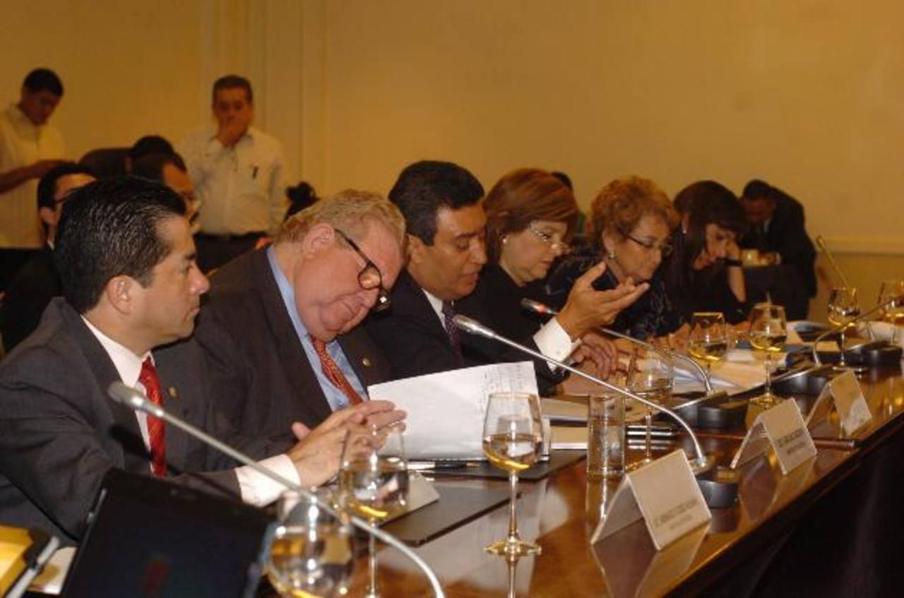 Los ministros de Economía, Armando Flores, y de Hacienda, Carlos Cáceres, y el secretario técnico, Alexander Segovia, asistieron ayer a la Comisión de Hacienda. foto edh / jorge reyes