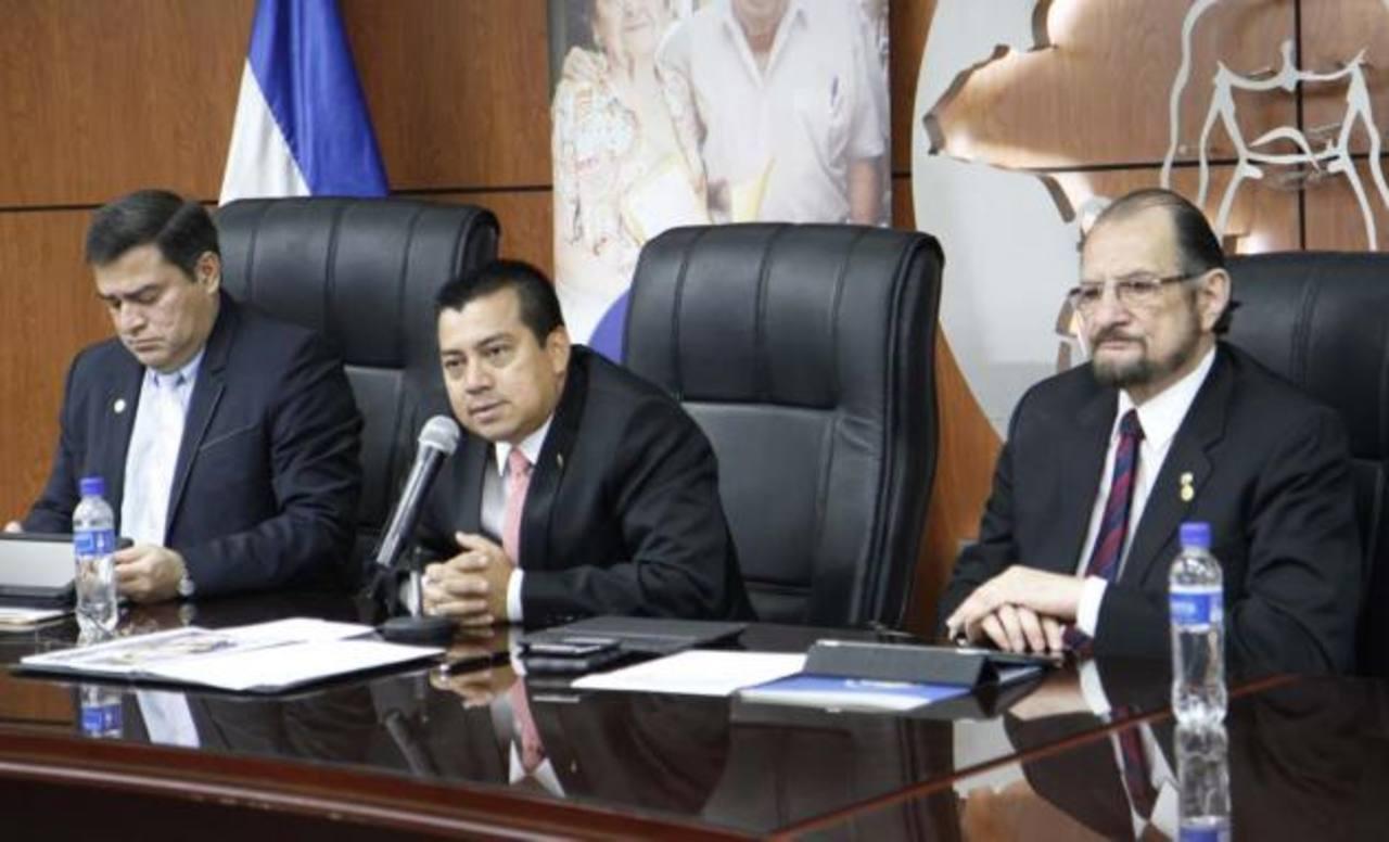 El doctor Leonel Flores Sosa.Flores estuvo acompañado del subdirector general y del subdirector de Salud, los doctores Ricardo Cea y Ramón Menjívar, respectivamente