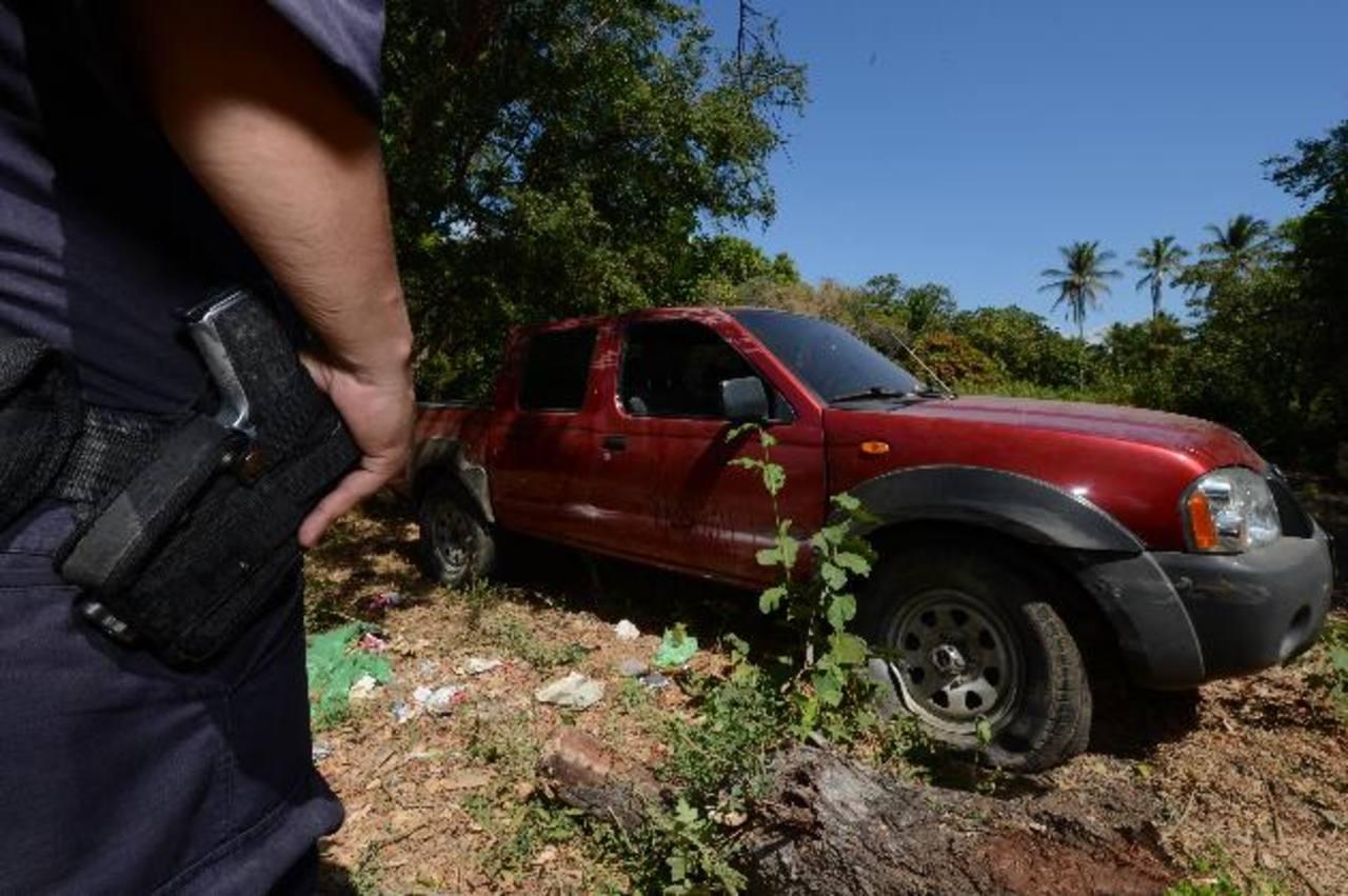 Un policía custodia el carro que manejaba el padre cuando se accidentó. Foto EDH / Jaime Anaya
