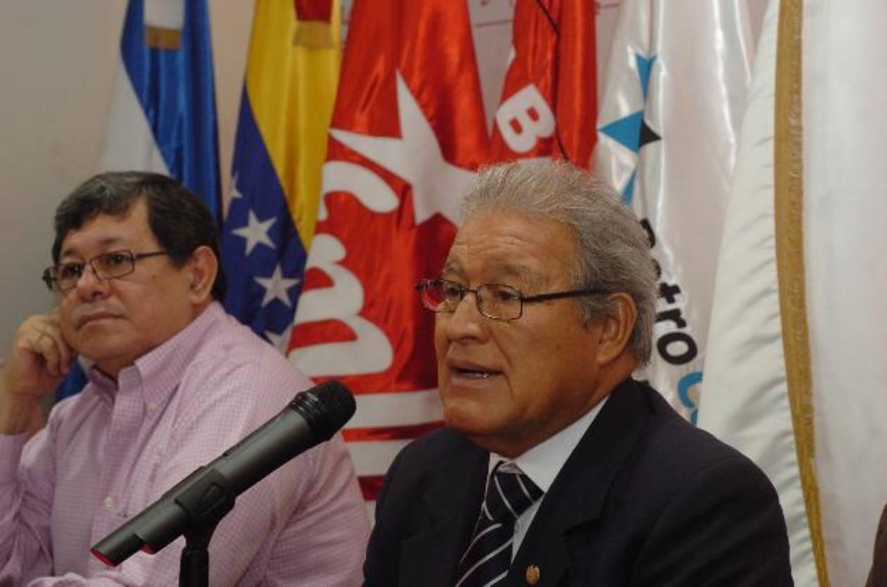 El alto dirigente del FMLN, José Luis Merino, junto a Sánchez Cerén y otros directivos durante la conferencia. EDH/Jorge reyes