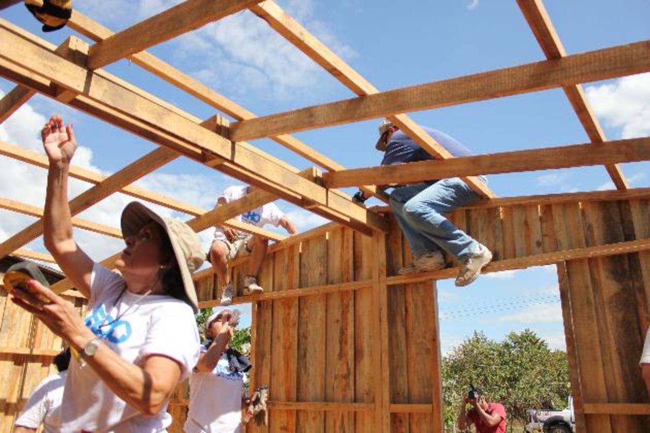 El grupo de voluntarios de Un Techo para Mi País y la Fundación Rafael Meza Ayau culminaron el pasado domingo la construcción de viviendas en pro de las familias de San Vicente. foto edh