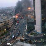 Dos personas murieron y otras nueve resultaron heridas tras accidentarse helicóptero, informaron las autoridades. Foto /AP