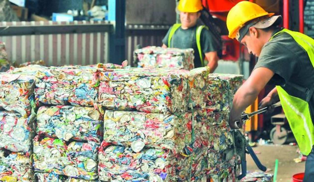 Así lucen las latas de gaseosa y cerveza antes de ser enviadas al extranjero para su tratamiento. Fotos EDH/lissette monterrosa