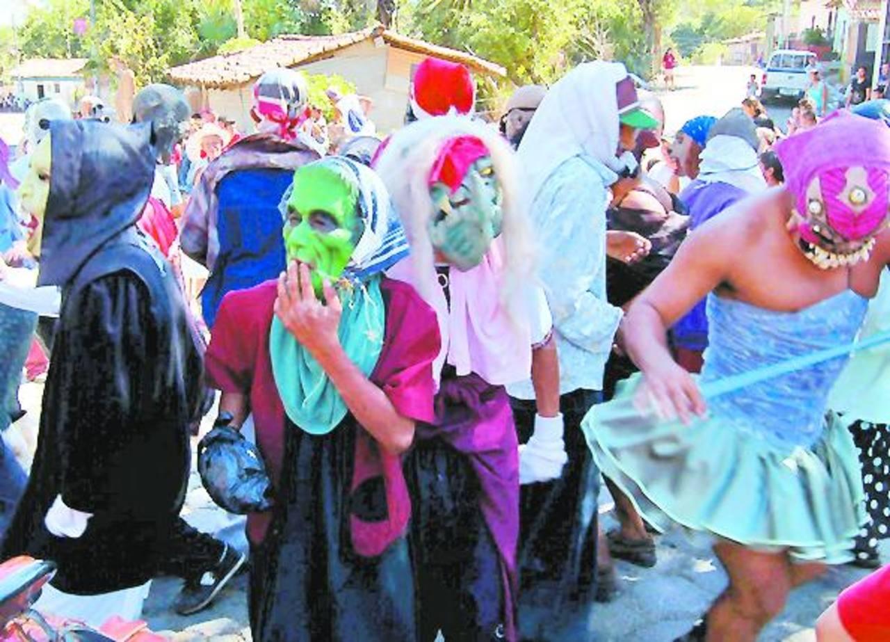 Los personajes alegóricos se pasearon por las calles de Uluazapa en el desfile de correos. Foto EDH /archivo