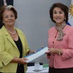 Embajadora de Uruguay, María Cristina Figueroa (izq.) y la directora de la Escuela Mónica Herrera, Teresa Palacios de Chávez.