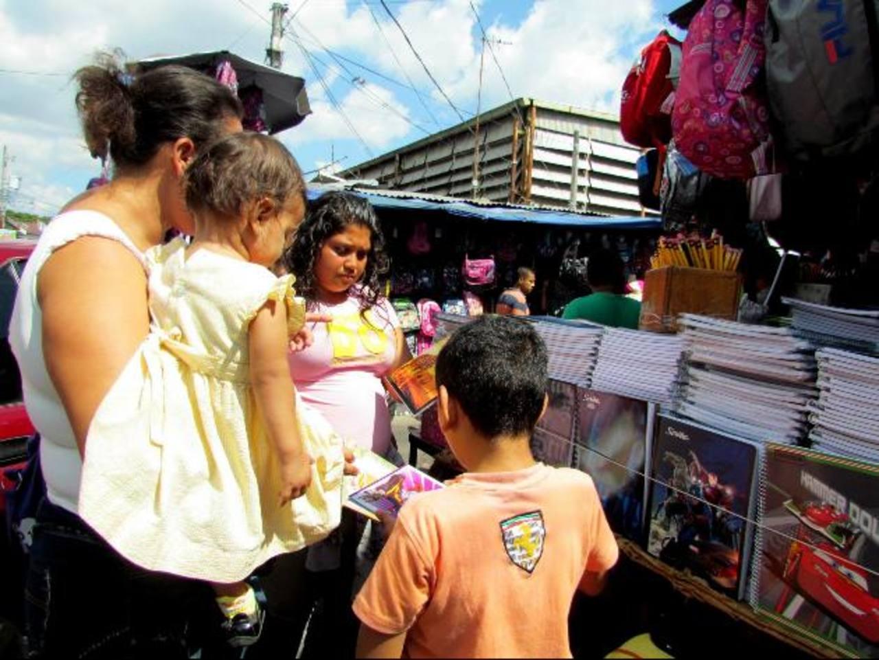 Muchas de las personas que venden útiles escolares en los mercados, se quejan por la baja demanda y buscan la forma de dedicarse a otras labores. Foto EDH / Mauricio guevara