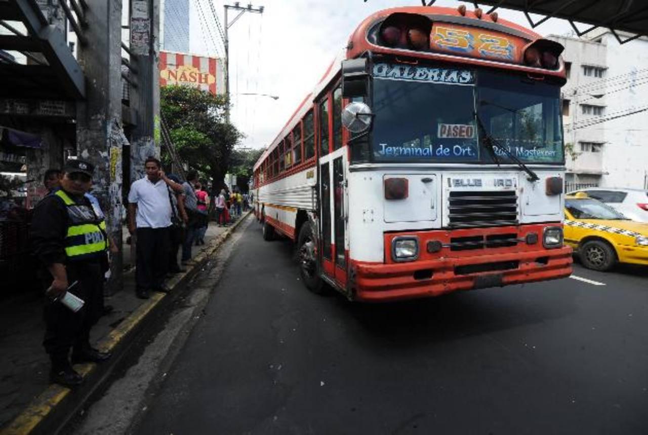 El VMT procedió ayer al retiro completo de permisos de línea a unidades que participaron en el paro. Foto EDH / ericka chavez
