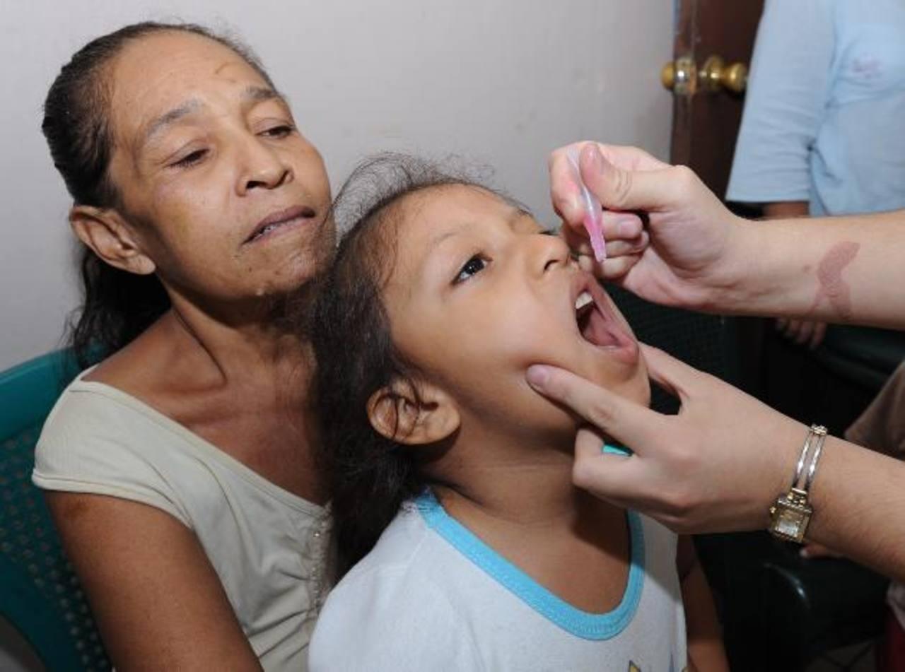 Niña recibe vitamina, previo a la vacunación contra la tos ferina. Foto edh