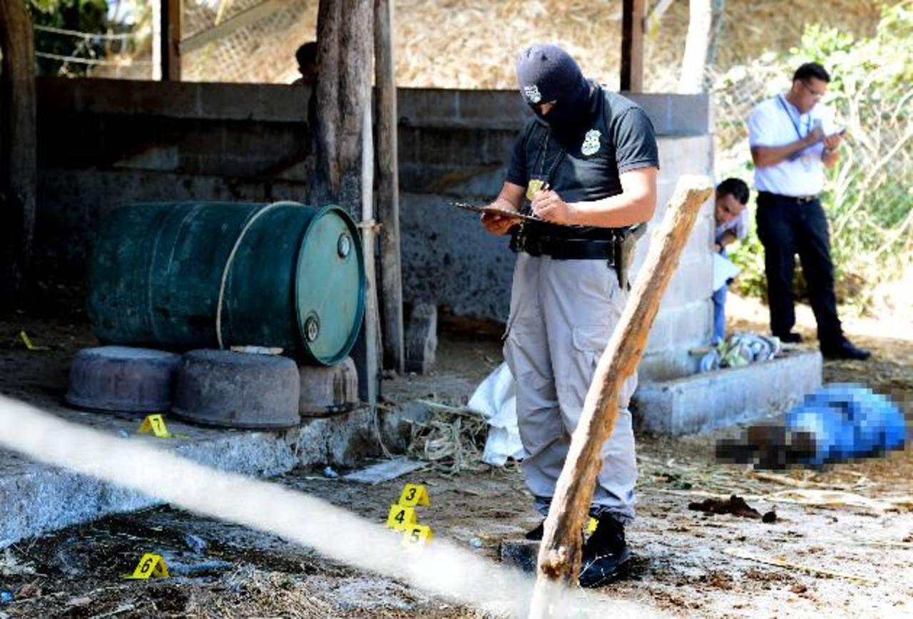 Policías inspeccionan el lugar donde ayer dos hombres fueron acribillados. Uno sobrevivió al ataque. El crimen fue cometido en Tejutepeque, Cabañas. Foto EDH / Mario Amaya.
