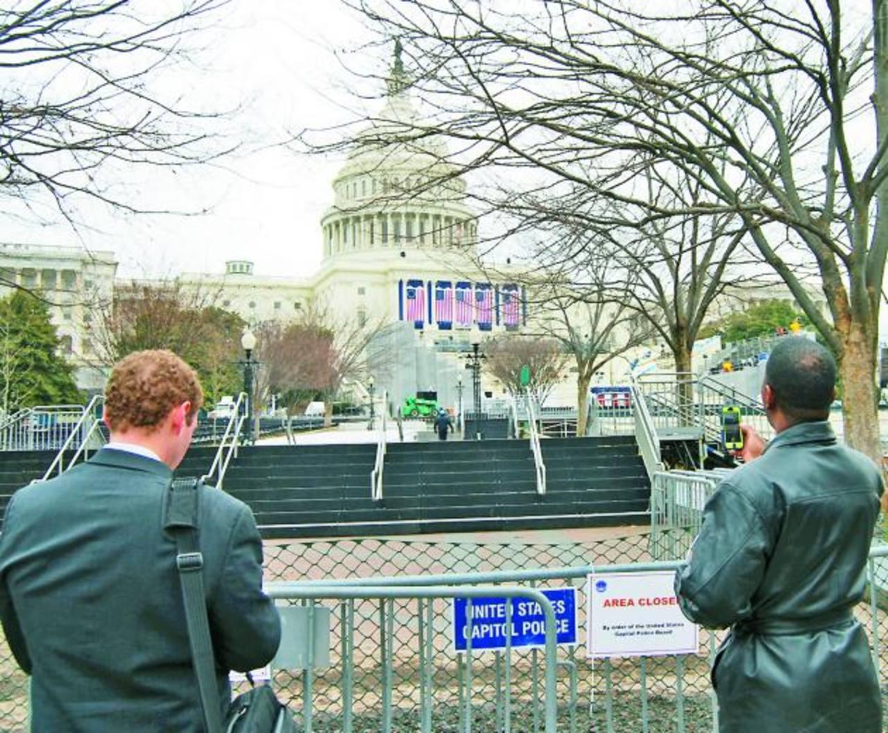 Los jardines del Capitolio ya están restringidos por un contingente de seguridad y bloqueo con defensas a los ingresos al sector poniente. foto edh / tomás guevara
