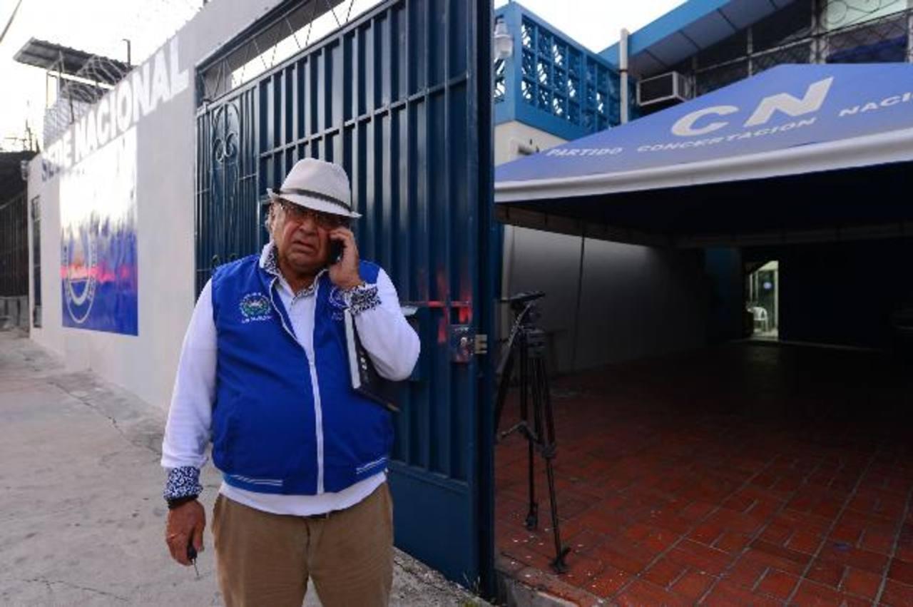 El coordinador de San Salvador del PCN, Dagoberto Marroquín, en un receso de la reunión con la máxima dirigencia del partido. foto edh / marvin recinos