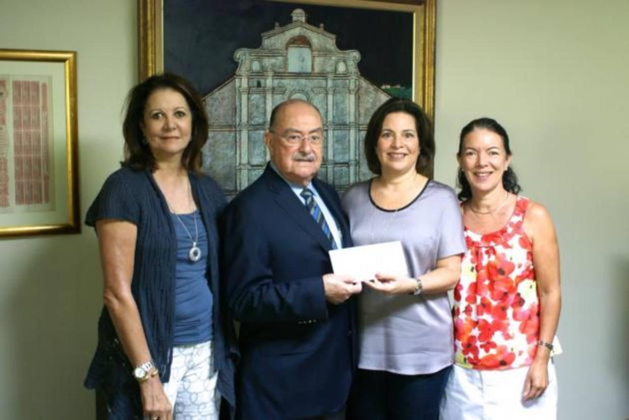 De izquierda a derecha Claude Dumont, Enrique Sol Meza, María Elena Augspurg de Muyshondt y Patricia Augspurg de Jiménez. FOTO EDH