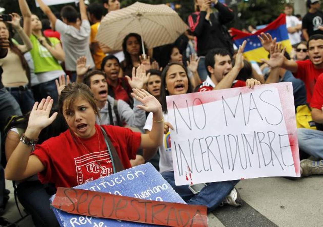 Estudiantes se manifiestan para exigir respeto a la Constitución venezolana. Foto EDH /efe
