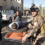 Un herido es evacuado tras el ataque con bomba en Kirkuk.