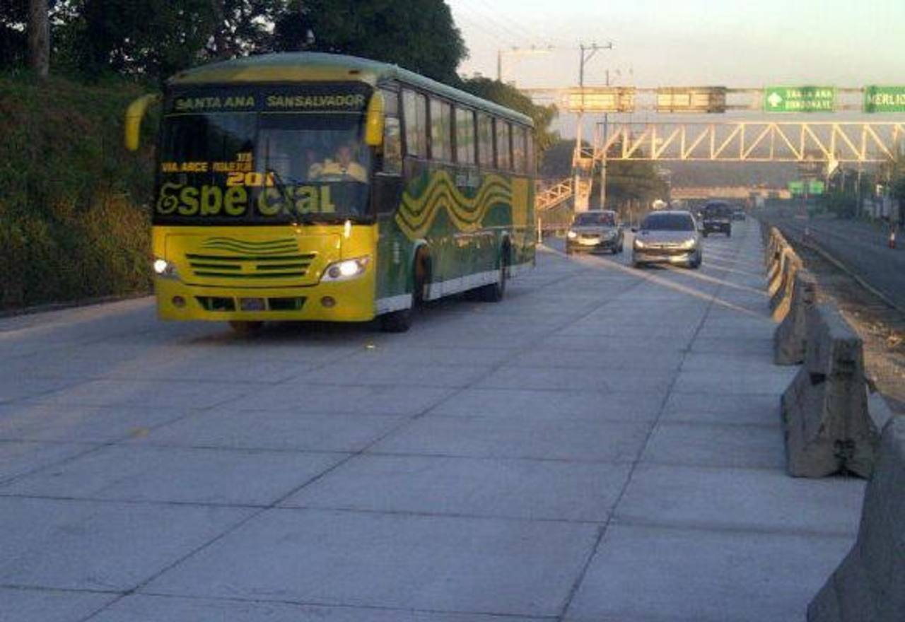 Automovilistas circularon hoy por parte de la nueva carretera de concreto. Foto tomada del Twitter de @gersonmop