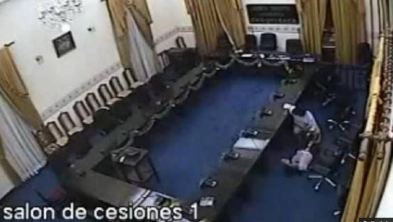 La mujer estaba en estado de ebriedad e inconsciencia y el diputado Domingo Alcibia, del bloque MAS, fue captado mientras abusaba de ella ante una cámara. foto edh / archivo