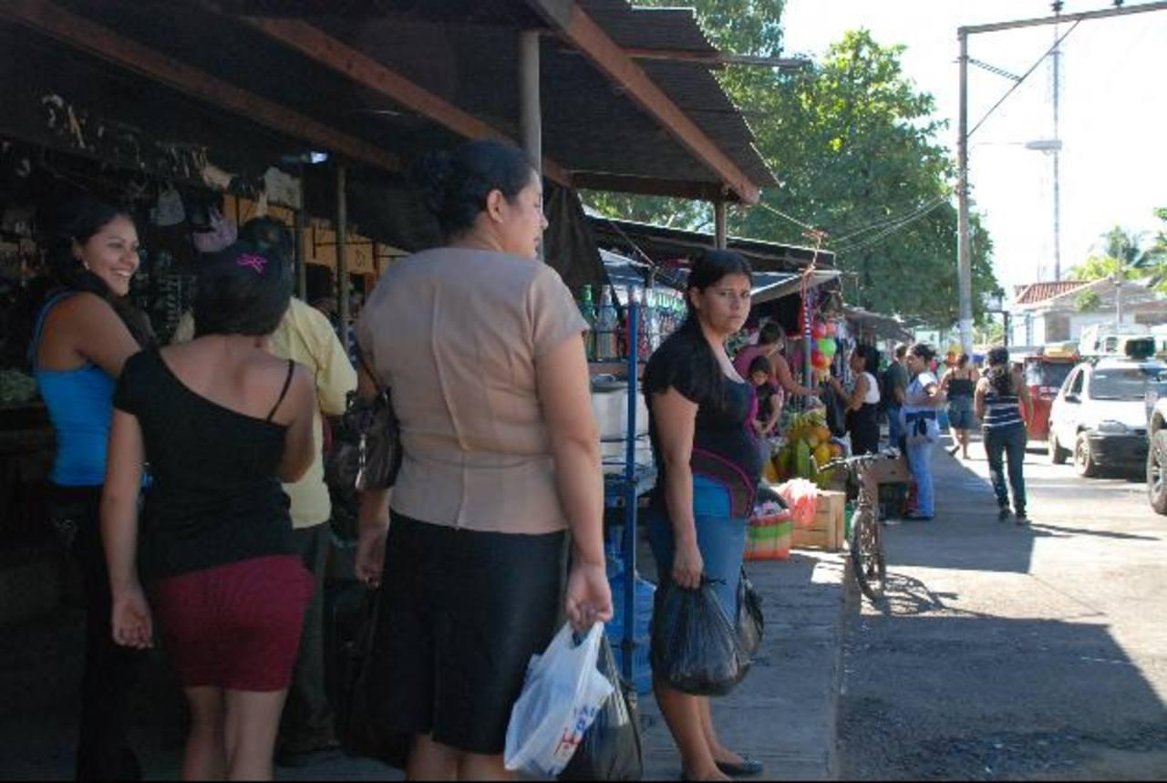 En Chapeltique, al igual que en el resto de la zona norte, usuarios esperaron transporte por horas. Fotos edh/ L. quintanilla
