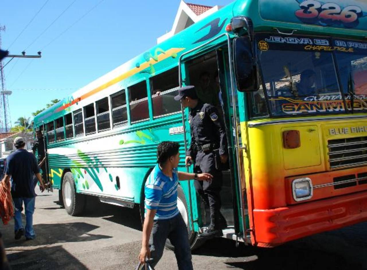 Luego de tres días de paro total de las unidades del transporte colectivo de la zona norte de San Miguel, los autobuses fueron sacadas para laborar. Foto EDH / lucinda quintanilla