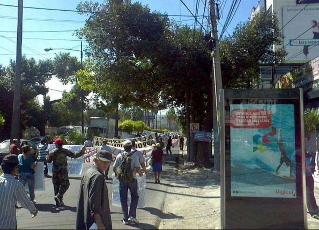 El grupo marchó sobre la alameda Manuel E. Araujo rumbo Casa Presidencial. Foto vía Twitter Óscar Iraheta