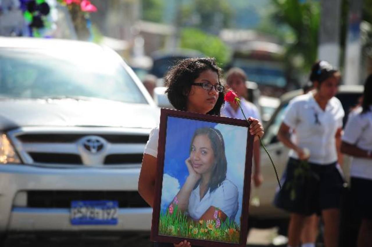 El asesinato de Alisson Isela Renderos Recinos, campeona nacional de lucha olímpica, conmocionó al departamento de San Vicente. Por su asesinato, cerca de 16 pandilleros de la 18 han sido detenidos y están siendo procesados por homicidio agravado y a