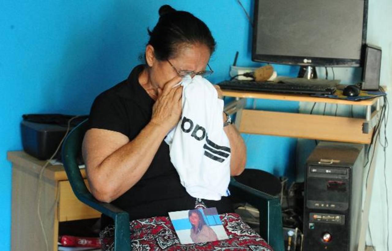 María Isabel Meléndez lleva más de cinco meses llorando la ausencia de su nieta, desaparecida en ruta hacia EE.UU. Foto EDH / MAURICIO CÁCERES