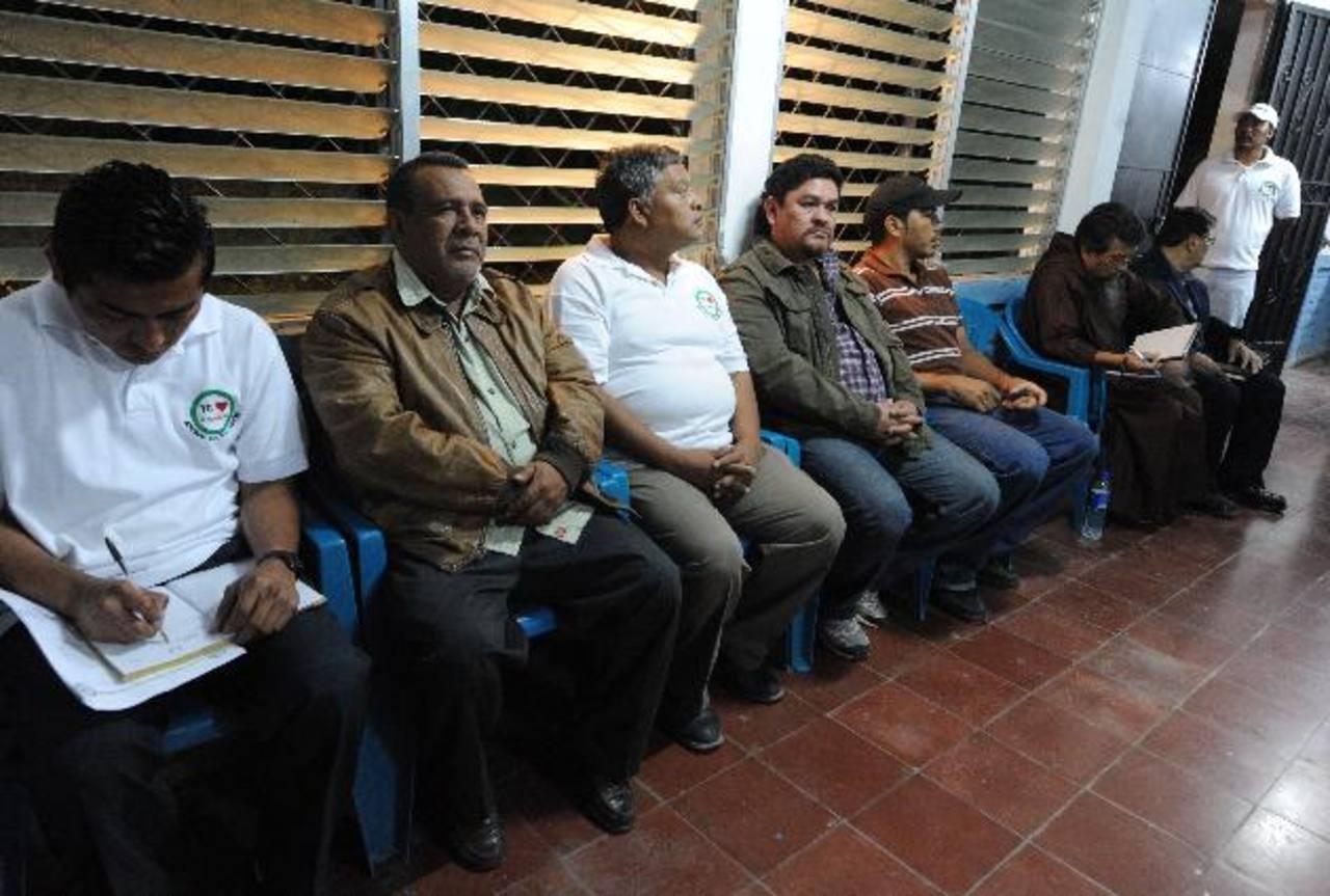 Líderes comunales y Raúl Mijango asisten a reunión donde mareros ofrecen reducir crímenes. Foto EDH
