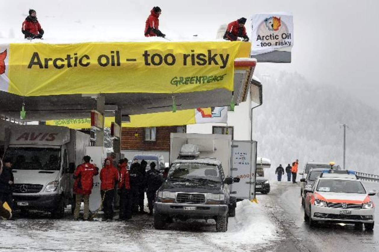 Activistas de Green Peace participan de protestas en gasolineras de Davos, en Suiza, donde los líderes económicos mundiales discuten medidas para el crecimiento. Foto EDH/ efe