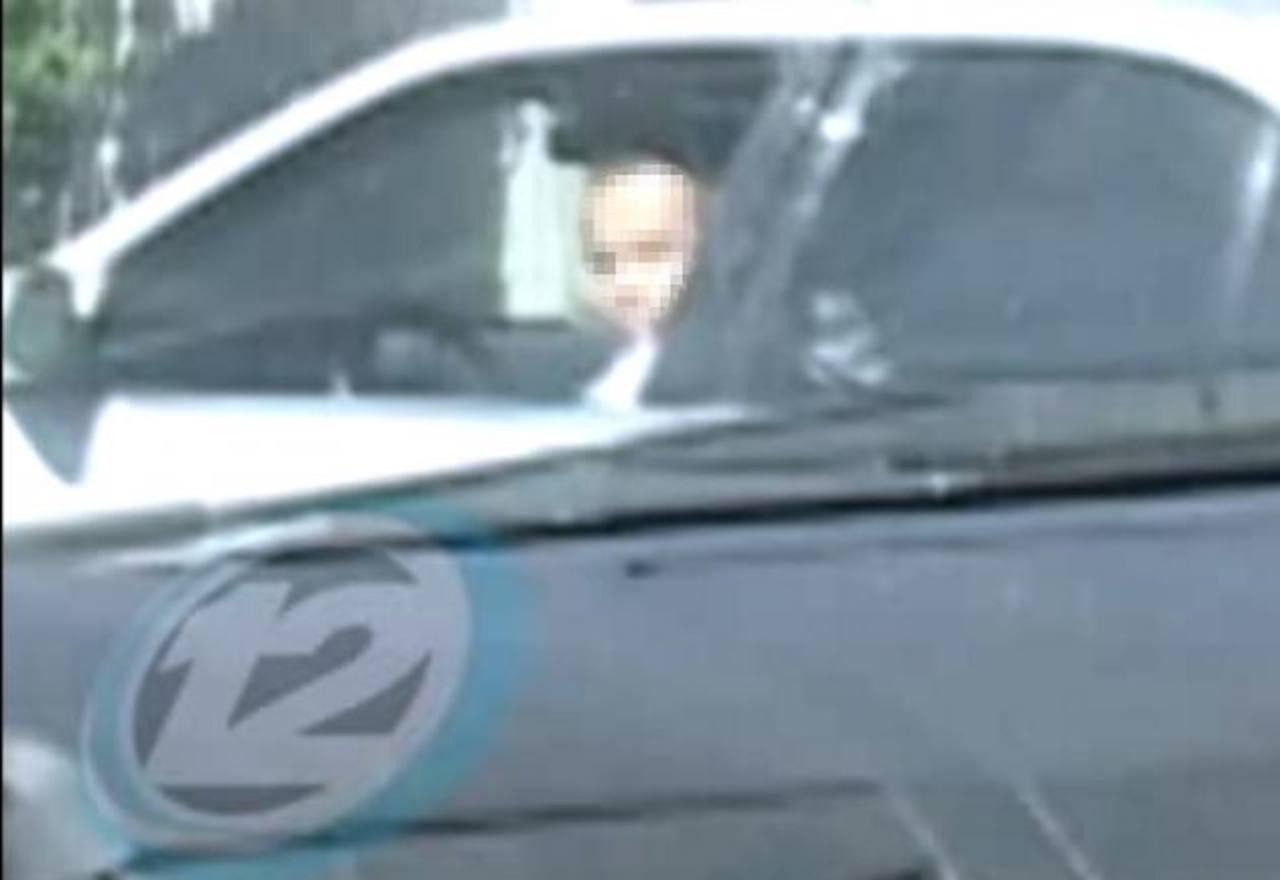 Los periodistas captaron el momento en que el hombre atravesó el carro frente a ellos, a la salida de los Tribunales de Santa Tecla. Foto EDH / Canal 12