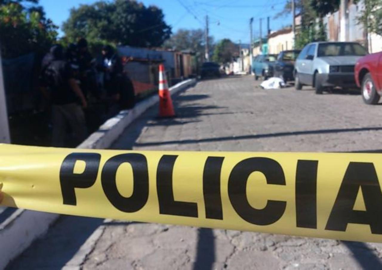 El homicidio fue registrado al final de la 1a Avenida Norte y colonia Brisas del Edén, Ayutuxtepeque. Foto EDH/ Mauricio Pineda