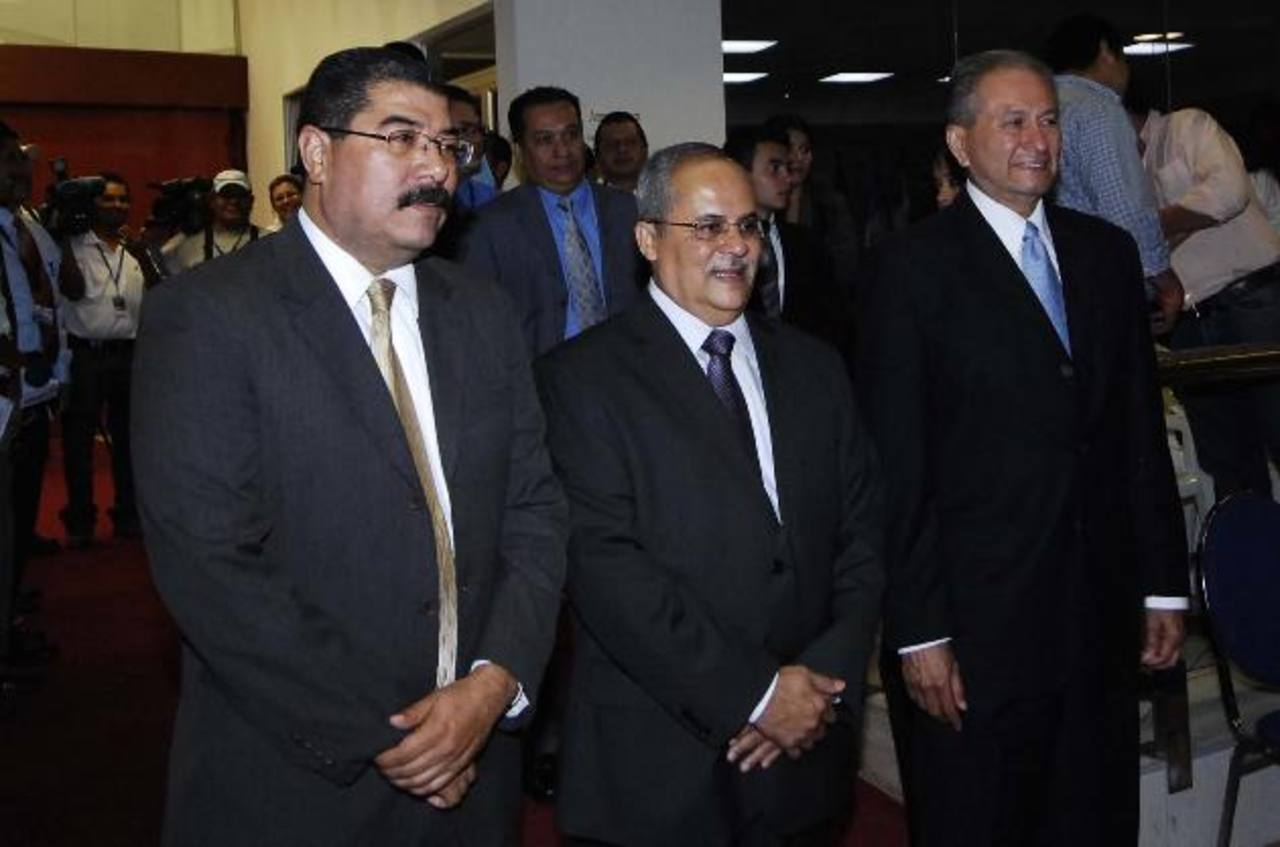Los tres magistrados de la Corte de Cuentas de la República en el momento en que fueron juramentados. Foto EDH / Archivo