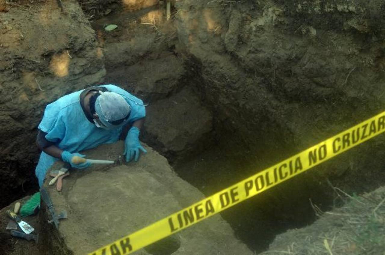 Israel Ticas, criminalista forense, trabaja desde hace días en recuperar los cuerpos de presuntamente dos jóvenes en una tumba clandestina en Lomas de Santiago. Foto EDH / Miguel Villalta