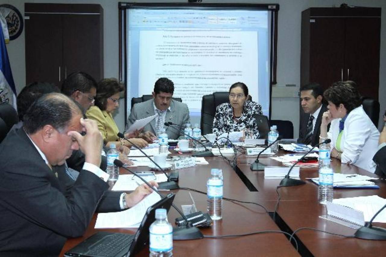 Diputados de Comisión de Reformas Electorales disiparon dudas sobre medidas de seguridad en papeleta. Foto EDH / césar avilés