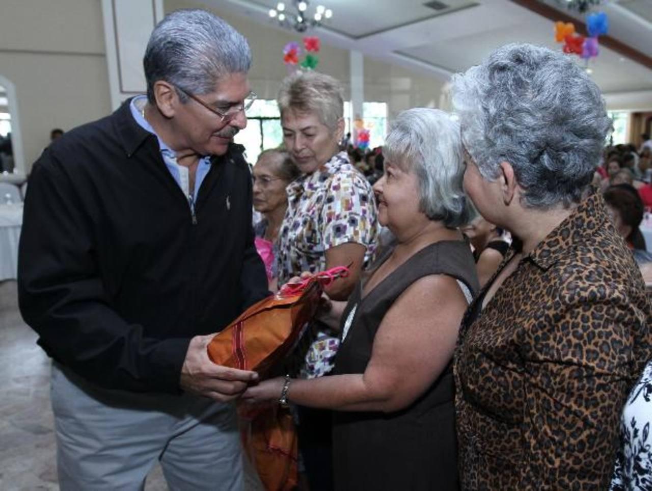 El candidato y edil capitalino compartió con adultos mayores durante un festejo que se realizó ayer. Foto EDH /cortesía