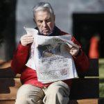 Un hombre lee una copia de la edición de hoy de El País; una parte ya había sido distribuida antes de detectar el error. Foto Reuters