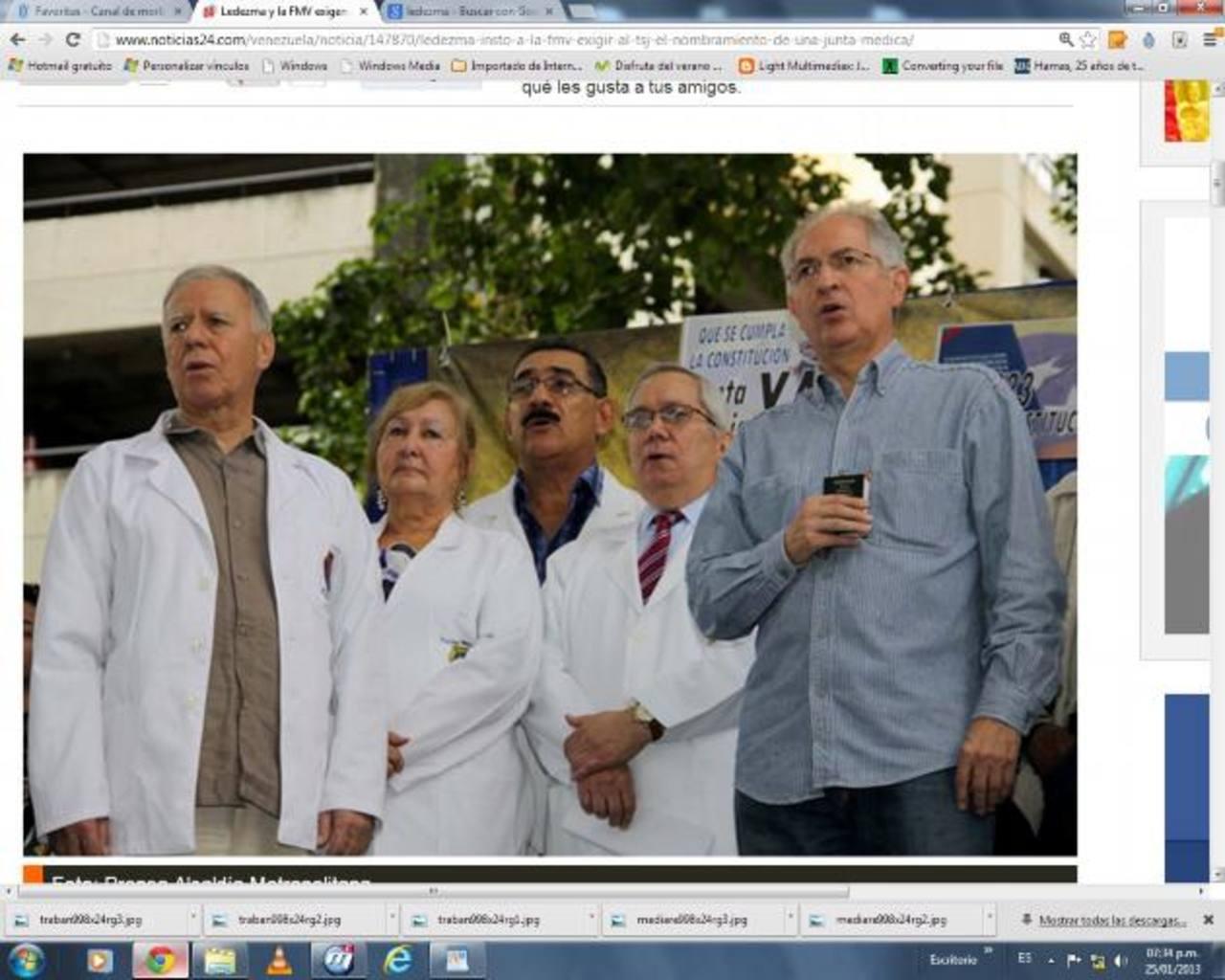 El alcalde de Caracas, Antonio Ledezma (der, Constitución en mano) junto a miembros de la Federación Médica. foto edh /