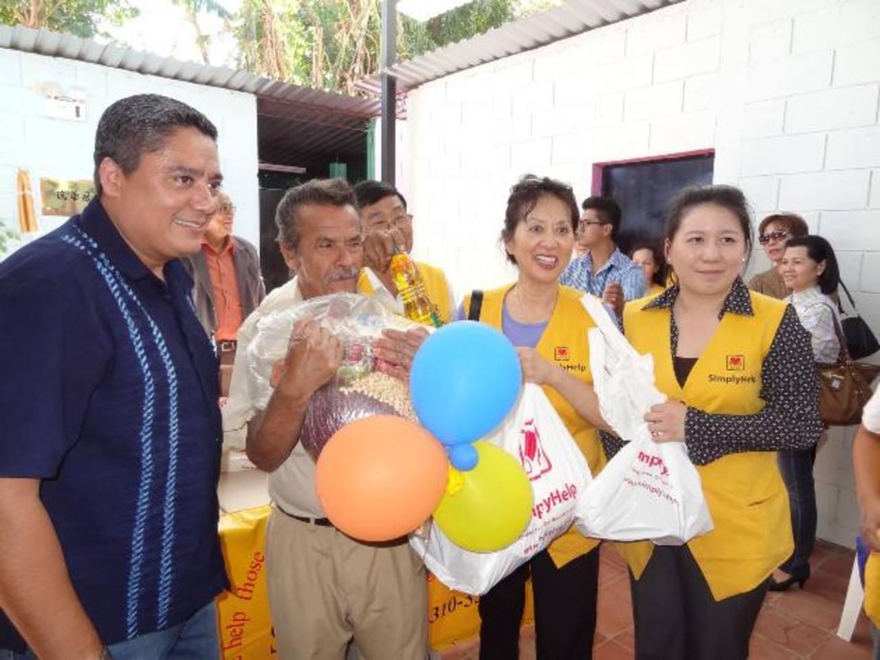 Miembros de Simply Help entregaron víveres a los asistentes de la actividad. Foto EDH / cortesia