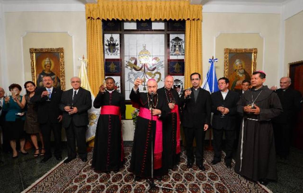 Un brindis de agradecimiento y adiós. El acto oficial se llevó a cabo el jueves por la noche en la Nunciatura Apostólica, en donde acudieron decenas de invitados.