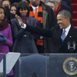 El presidente estadounidense, Barack Obama, saluda a sus seguidores tras jurar su cargo para un segundo mandato que concluirá en enero de 2017, en una ceremonia pública frente al Capitolio en Washington. Al fondo, su esposa Michelle Obama (derecha) y