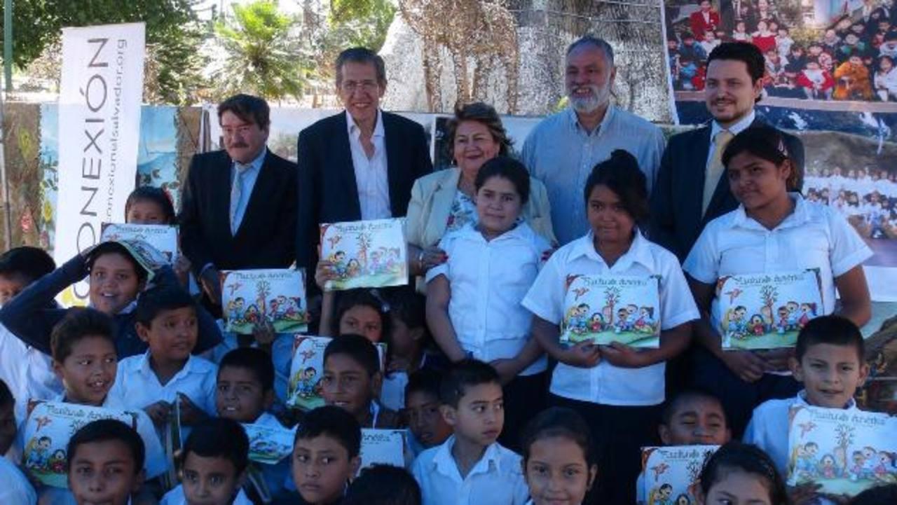 Representantes de las instituciones involucradas, junto a los estudiantes. Foto EDH / cortesía