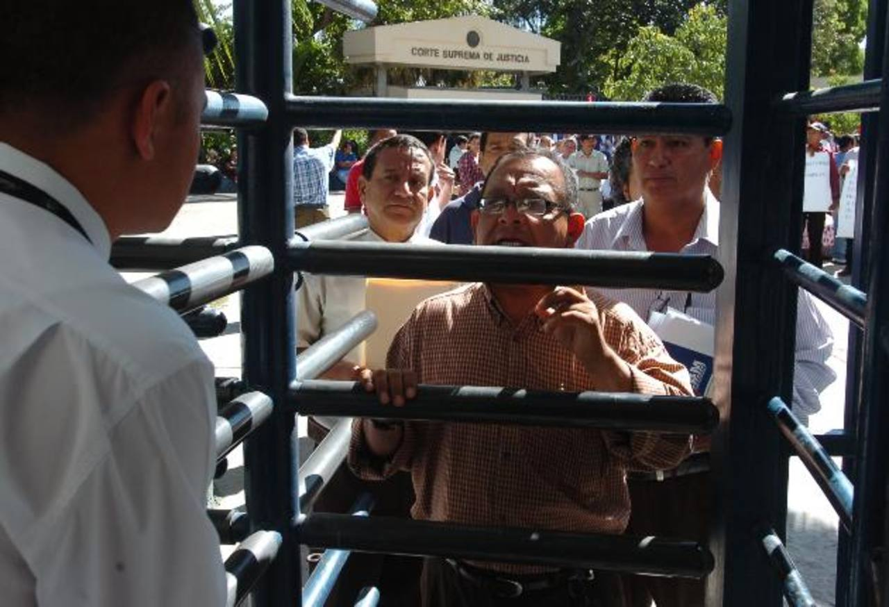Dirigentes de Bases y Codines llegaron a la Asamblea. Foto EDH / Leonardo González