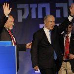 El primer ministro israelí, Benjamin Netanyahu, a la derecha, y el ex ministro de Relaciones Exteriores Avigdor Lieberman saludar a sus seguidores. Foto/ AP